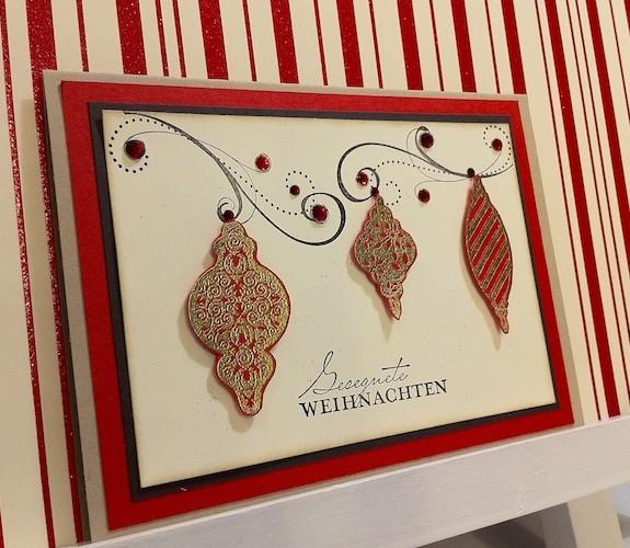 Weihnachtskarte mit goldenen Ornamenten